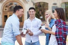 Nette junge Freunde stehen still, nachdem sie studiert haben Lizenzfreies Stockbild