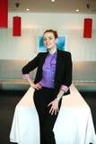 Nette junge Geschäftsfrau, die in der Sitzung r lächelt stockfotografie