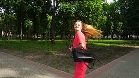 Nette junge Geschäftsfrau dreht sich herum und Lächeln stock video footage