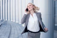 Nette junge Geschäftsfrau hat eine Verabredung Lizenzfreies Stockbild