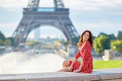 Nette junge girlin Front des Eiffelturms in Paris, Frankreich Lizenzfreie Stockfotografie