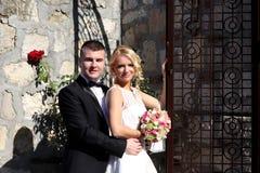 Nette junge Hochzeitspaare Stockbilder