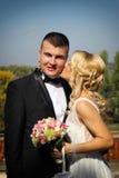 Nette junge Hochzeitspaare Stockfoto