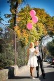 Nette junge Hochzeitspaare Lizenzfreie Stockbilder