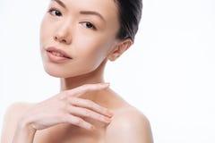 Nette junge koreanische Frau, die Weichheit im Studio ausdrückt lizenzfreies stockfoto