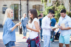 Nette junge Leute bereiten sich für Lektionen vor Stockfoto