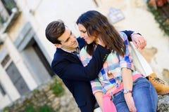Nette junge Paare auf einer Stadtstraße Stockbild