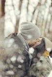 Nette junge Paare, die an einem Wintertag gehen Stockbilder