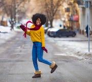 Nette junge schwarze Frau geht zur Stadtstraße und -c$lächeln stockbild