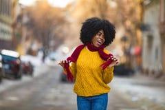 Nette junge schwarze Frau lacht zur Stadtstraße lizenzfreie stockfotografie