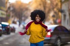 Nette junge schwarze Frau lacht zur Stadtstraße stockfoto