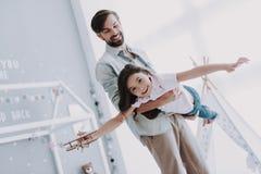 Nette junge Tochter auf dem Spielen mit hübschem Vati lizenzfreie stockfotos