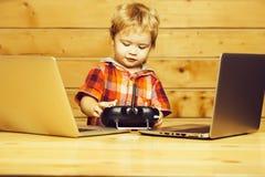 Nette Junge twith Computer und Konsole stockfotos
