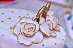 Nette köstliche Hochzeitstorte verziert mit Kuchen in Form der roten und weißen Rosen Stockfoto