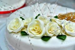 Nette köstliche Hochzeitstorte verziert mit Kuchen in Form der roten und weißen Rosen Lizenzfreies Stockfoto