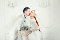 Nette küssende Braut und Bräutigam lizenzfreies stockfoto