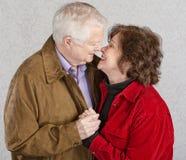 Nette küssende Paare lizenzfreie stockbilder