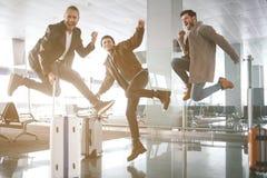 Nette Kameraden, die in Halle springen stockfotografie