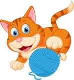 Nette Katze, die mit einem Ball spielt lizenzfreie abbildung