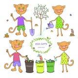 Nette Katzen, die Abfall sortieren und Bäume pflanzen Lizenzfreie Stockfotos