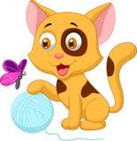 Nette Katzenkarikatur, die mit Ball des Garns und des Schmetterlinges spielt Lizenzfreie Stockfotos