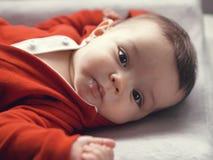 Nette kaukasische Babymädchenblaue augen Lizenzfreies Stockfoto