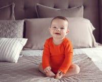 Nette kaukasische Babymädchenblaue augen Stockfotos