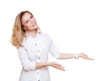 Nette kaukasische blonde Frauenshow etwas lokalisiert auf weißem Hintergrund Stockbilder
