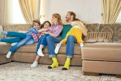 Nette kaukasische Familie zuhause Lizenzfreies Stockbild