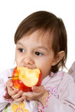 Nette kaukasische Tochter mit einem Apfel Lizenzfreie Stockfotos