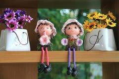 Nette keramische Puppen mit Blumentaschen Lizenzfreies Stockbild