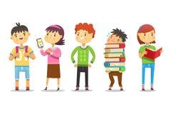 Nette Kinder in der Schule, die Spaß in Verbindung stehen, sprechen über Wochenende, zeigen Fotos, halten Bücher und haben Lizenzfreies Stockbild