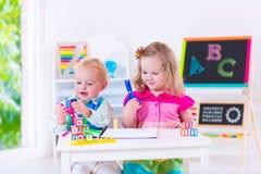 Nette Kinder an der Vorschulmalerei Lizenzfreie Stockbilder