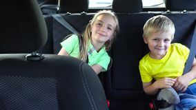 Nette Kinder, die in Auto gehen stock video