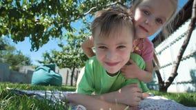 Nette Kinder, die in camera aufpassen stock video footage