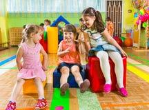 Nette Kinder, die in der Turnhalle spielen Stockfoto