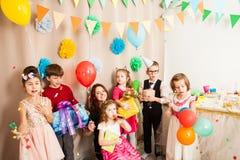 Nette Kinder, die Geburtstag des Freunds s mit Trickzeichner celebraiting sind Lizenzfreies Stockbild