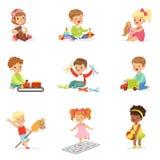 Nette Kinder, die mit verschiedenen Spielwaren spielen und Spiele, die Spaß auf ihrer eigenen genießenden Kindheit haben Stock Abbildung