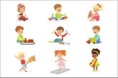 Nette Kinder, die mit verschiedenen Spielwaren spielen und Spiele, die Spaß auf ihrer eigenen genießenden Kindheit haben Lizenzfreie Abbildung