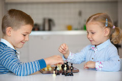 Nette Kinder, die zu Hause spielen Lizenzfreies Stockfoto