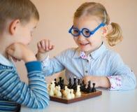 Nette Kinder, die zu Hause spielen Stockbild