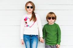 Nette Kinder draußen Stockbilder