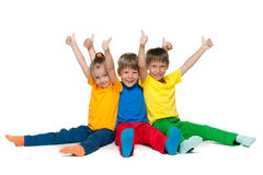 Nette Kinder halten ihre Daumen hoch Stockfotos