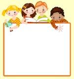 Nette Kinder lesen und zeichnen. Stockfotografie