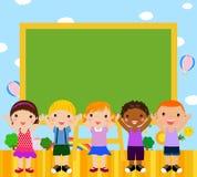 Nette Kinder mit Tafel lizenzfreie abbildung