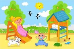 Nette Kinder am Spielplatz Stockfotos