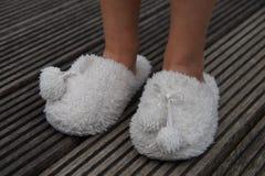 Nette Kinderbeine in den Pantoffeln Stockbild