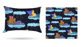 Nette Kinderdekoratives Kissen mit kopiertem Kissenbezug in den Karikaturartkindern schlafen auf den Wolken Lokalisiert auf Weiß Lizenzfreie Stockfotografie