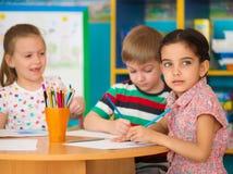 Nette Kinderstudie am Kindertagesstätte lizenzfreie stockbilder