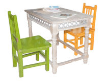 Nette Kindmöbel: Tabelle und zwei Stühle Stockbilder